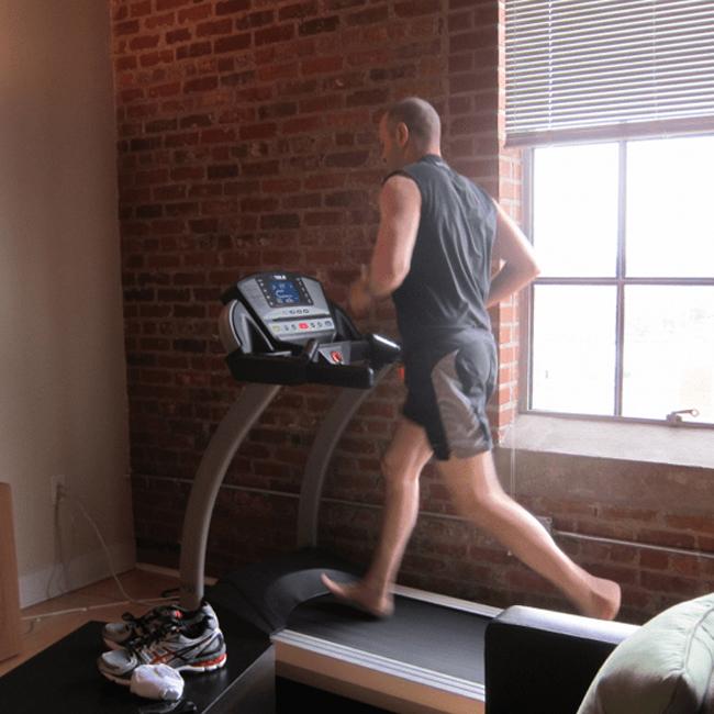 Chạy chân không trên máy chạy bộ có hiệu quả không?