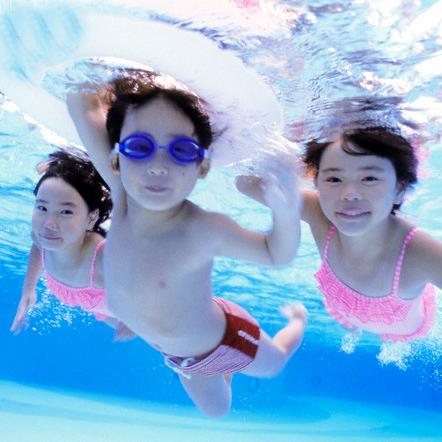 10 cách giúp bé bơi lội an toàn trong mùa hè này