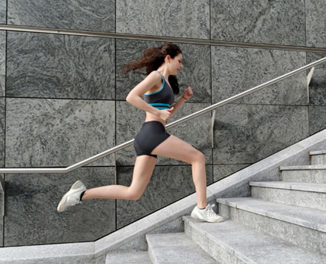 chạy bộ trên cầu thang